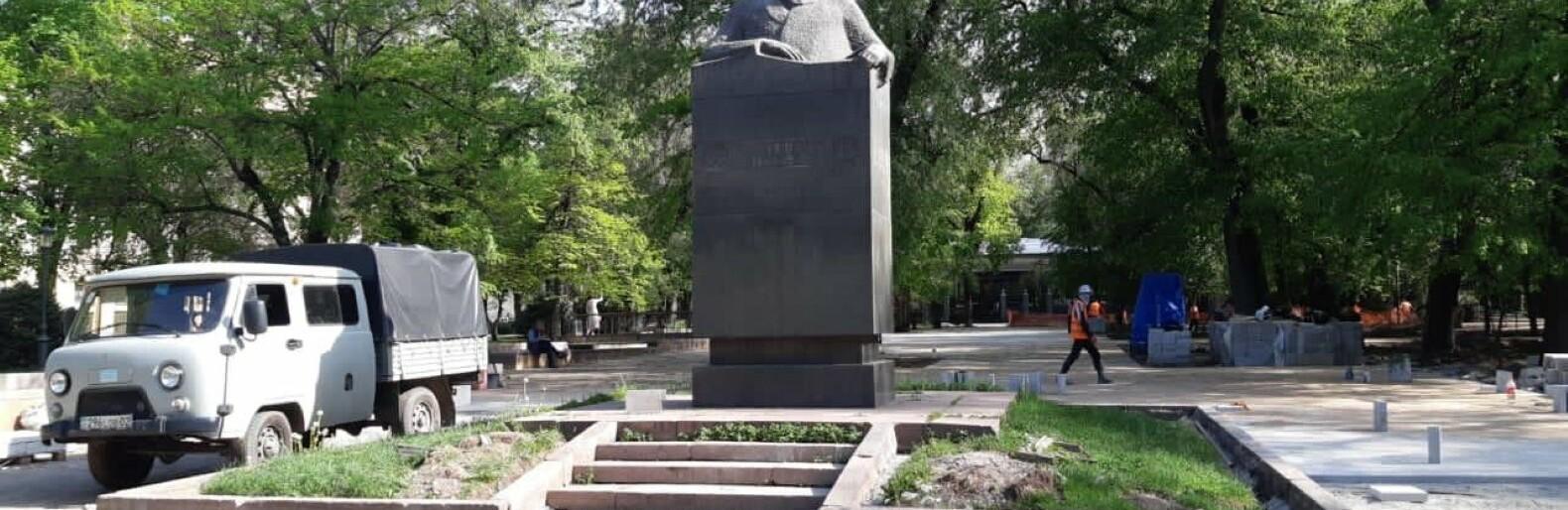 Гранитные плитки и бордюры в сквере КазНАТОБ в Алматы после реставрации вернут на место
